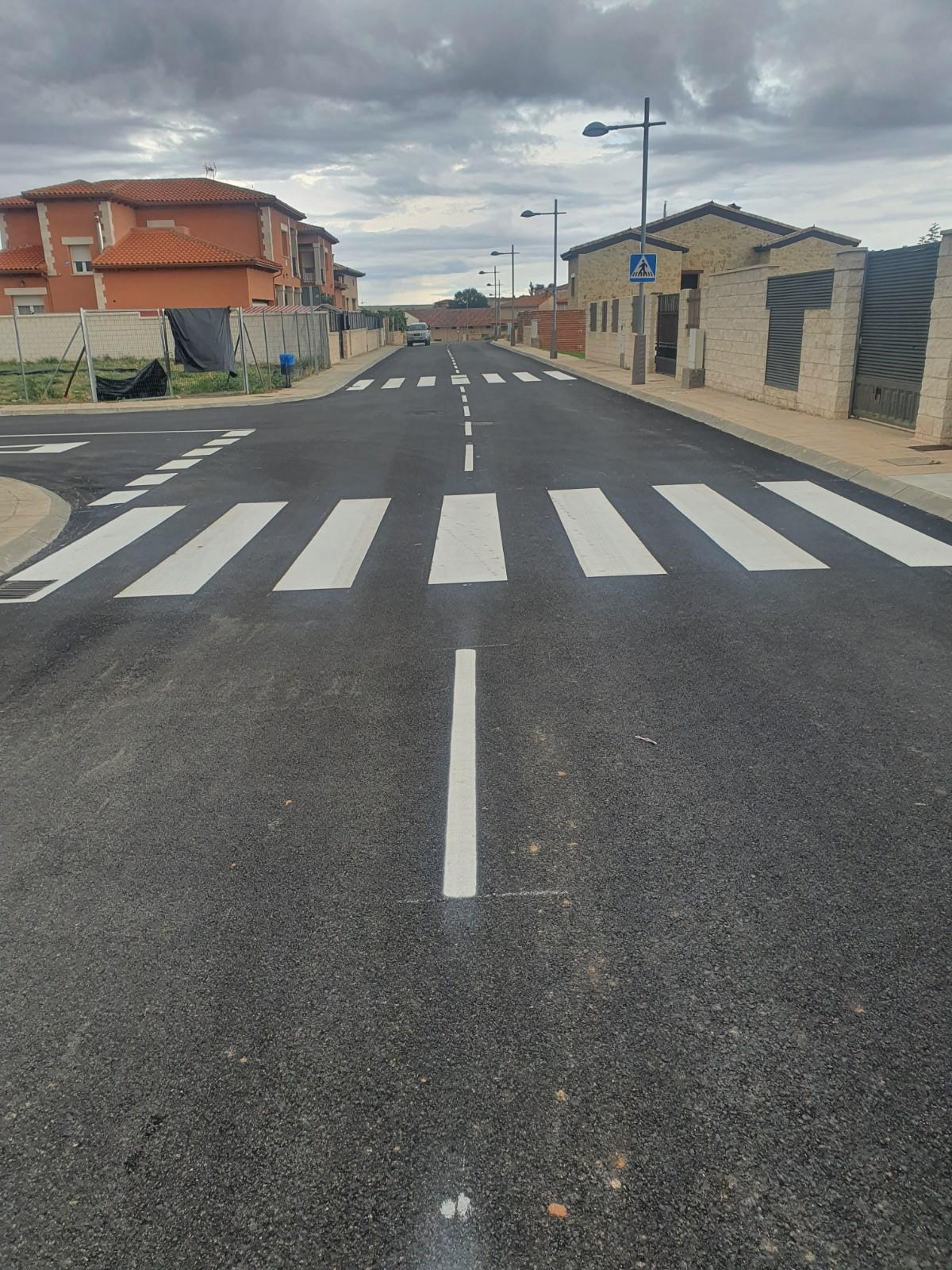 La calle Santa Ana estrena nuevo asfalto y señalización